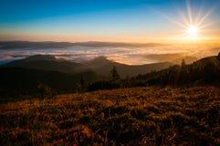 Salida del sol sobre las montañas Imagenes de archivo