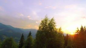 Salida del sol sobre las montañas almacen de video