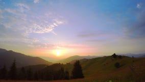 Salida del sol sobre las montañas metrajes