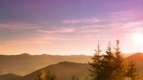 Salida del sol sobre las montañas boscosas Lapso de tiempo 4K
