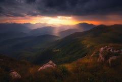 Salida del sol sobre las montañas del Cáucaso foto de archivo