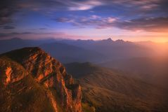 Salida del sol sobre las montañas del Cáucaso Imagenes de archivo