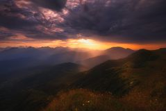 Salida del sol sobre las montañas del Cáucaso foto de archivo libre de regalías