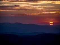 Salida del sol sobre las montañas con el cielo crepuscular Imagen de archivo libre de regalías