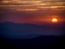 Salida del sol sobre las montañas con el cielo crepuscular Foto de archivo libre de regalías