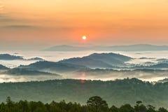 Salida del sol sobre las montañas de Dalat fotos de archivo