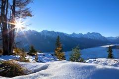 Salida del sol sobre las montañas del invierno Imagen de archivo