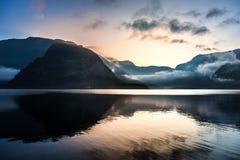 Salida del sol sobre las montañas en Hallstatt Imagen de archivo libre de regalías