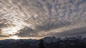Salida del sol sobre las montañas de Tatra almacen de metraje de vídeo
