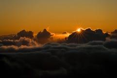 Salida del sol sobre las nubes Fotografía de archivo libre de regalías