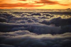 Salida del sol sobre las nubes en Hawaii. Fotografía de archivo