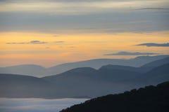 Salida del sol sobre las nubes, soporte Cucco, Umbría, Apennines, Italia Foto de archivo