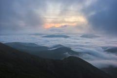 Salida del sol sobre las nubes, soporte Cucco, Umbría, Apennines, Italia Foto de archivo libre de regalías