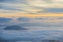 Salida del sol sobre las nubes, soporte Cucco, Umbría, Apennines, Italia Imagen de archivo