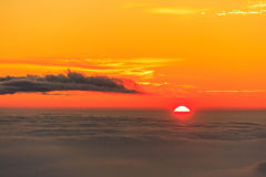 Salida del sol sobre las nubes y el cielo caliente imagenes de archivo