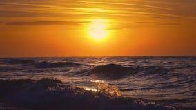 Salida del sol sobre las ondas del mar almacen de video