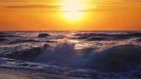 Salida del sol sobre las ondas del mar almacen de metraje de vídeo