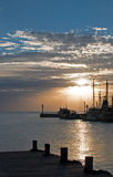 Salida del sol sobre los barcos de pesca de Puerto Juarez Cancun México/barco rastreador y muelles y embarcadero y embarcadero y  Fotografía de archivo libre de regalías
