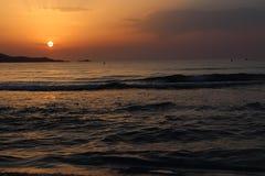 Salida del sol sobre Majorca con un rastro de nube sobre el sol Imagenes de archivo