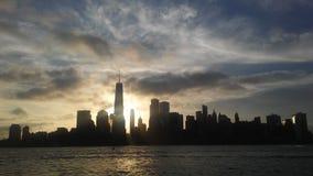 Salida del sol sobre Manhattan céntrica en nuevo NY a través del río de Hudon - visión desde Liberty State Park en Jersey City, N fotos de archivo libres de regalías