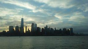 Salida del sol sobre Manhattan céntrica en nuevo NY a través del río de Hudon - visión desde Liberty State Park en Jersey City, N fotos de archivo