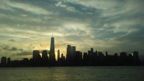 Salida del sol sobre Manhattan céntrica en nuevo NY a través del río de Hudon - visión desde Liberty State Park en Jersey City, N foto de archivo libre de regalías