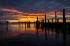 Salida del sol sobre muelle y la bahía de Chesapeake, en Havre de Grace, marcha Fotos de archivo libres de regalías