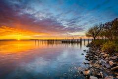 Salida del sol sobre muelle y la bahía de Chesapeake, en Havre de Grace, marcha Fotografía de archivo libre de regalías