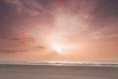 Salida del sol sobre Océano Atlántico foto de archivo