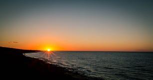 Salida del sol sobre Océano Atlántico Fotos de archivo libres de regalías