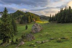 Salida del sol sobre paisaje de la montaña del verano imagen de archivo libre de regalías