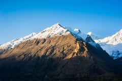 Salida del sol sobre pico de montaña Imagen de archivo libre de regalías