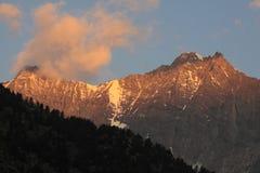Salida del sol sobre picos alpestres Imagenes de archivo