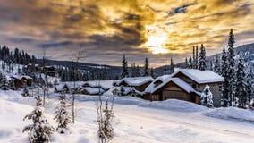 Salida del sol sobre pueblo nevado imagenes de archivo