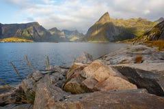 Salida del sol sobre Reinefjord imagenes de archivo