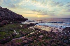 Salida del sol sobre rocas Fotos de archivo libres de regalías