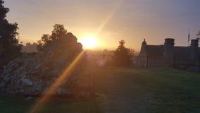 Salida del sol sobre ruinas del castillo de Oswestry foto de archivo