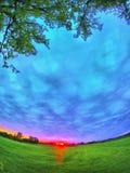 Salida del sol sobre un campo Foto de archivo libre de regalías