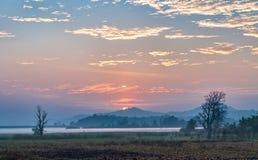 Salida del sol sobre un campo en la India rural fotografía de archivo libre de regalías