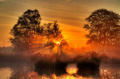 Salida del sol sobre un lago Fotografía de archivo libre de regalías