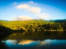 Salida del sol sobre un lago Fotos de archivo