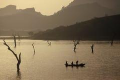 Salida del sol sobre un lago, Sri Lanka fotografía de archivo libre de regalías