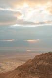 Salida del sol sobre un mar muerto Imagenes de archivo