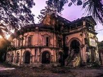 Salida del sol sobre un palacio abandonado fotos de archivo
