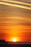 Salida del sol sobre un prado con niebla Imágenes de archivo libres de regalías