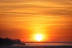 Salida del sol sobre un prado con niebla Fotos de archivo