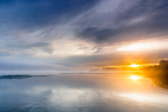 Salida del sol sobre un río salvaje brumoso fotos de archivo