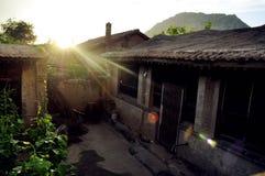 Salida del sol sobre una casa rural en China Fotos de archivo libres de regalías
