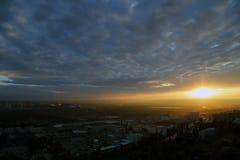 Salida del sol sobre una ciudad Imagen de archivo libre de regalías
