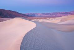 Salida del sol sobre una duna de arena Ridge Imagen de archivo libre de regalías